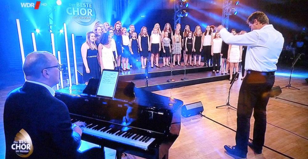 """Wolfgang Bitter begleitet den Chor """"Cantalinos"""" bei einer Liveshow im Fernsehen."""